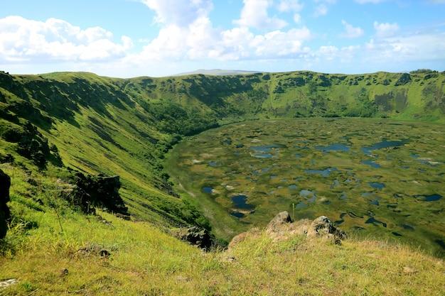 Jezioro kraterowe wulkanu rano kau, ceremonialna wioska orongo, wyspa wielkanocna, chile