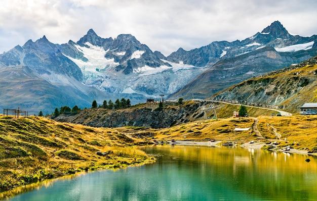 Jezioro leisee niedaleko zermatt w szwajcarii