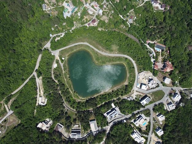 Jezioro miłości w kształcie serca strzał z lotu ptaka widok symbolu pokoju w środowisku naturalnym nad głową