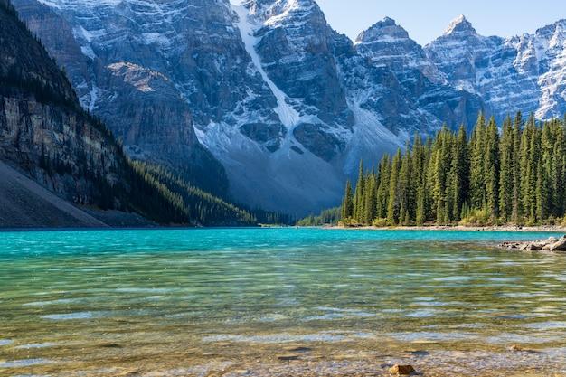 Jezioro morenowe piękny krajobraz w słoneczny letni dzień rano. park narodowy banff, canadian rockies, alberta, kanada