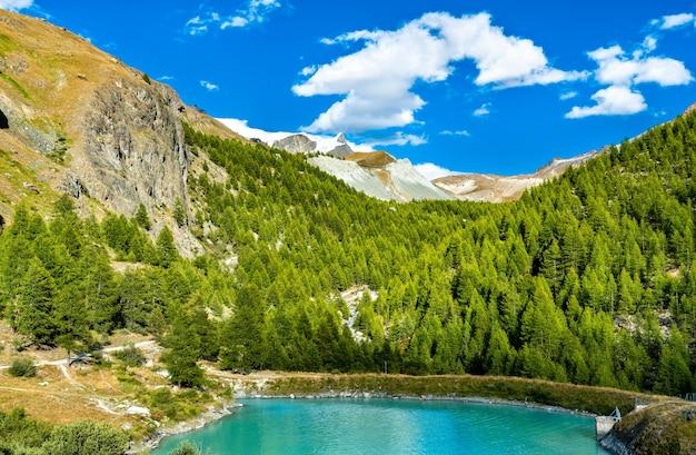 Jezioro mosjesee niedaleko zermatt w szwajcarii