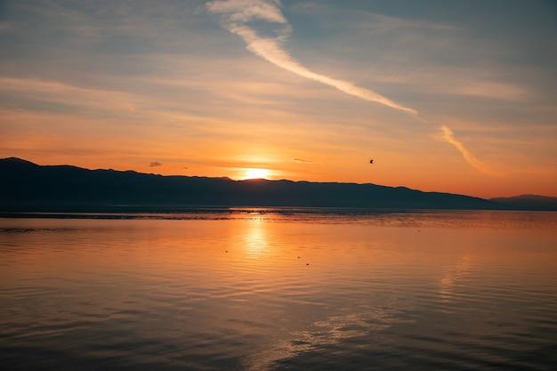 Jezioro o świcie z pięknym i abstrakcyjnym niebem