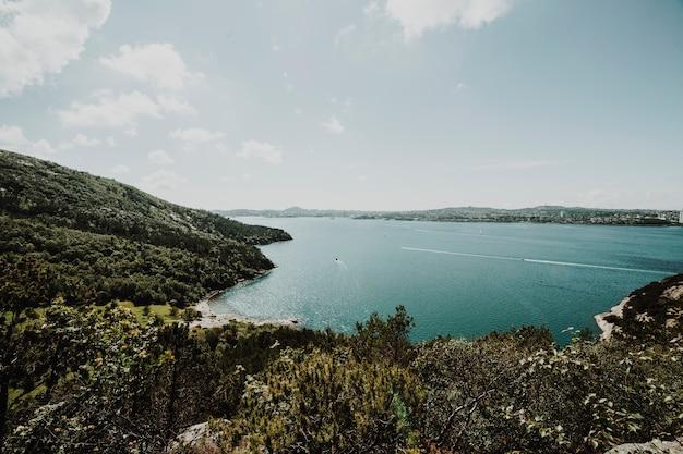 Jezioro otoczone skalistym krajobrazem