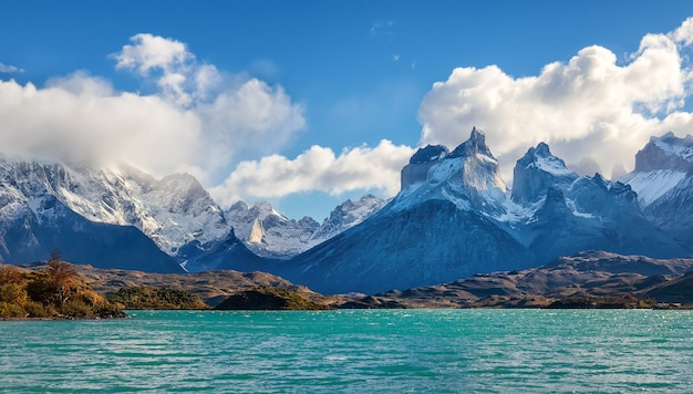 Jezioro pehoe i cuernos del paine, park narodowy torres del paine, patagonia, chile