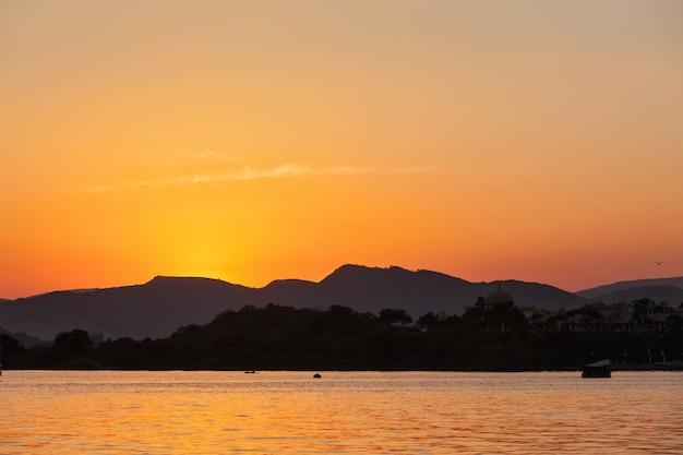 Jezioro pichola. udaipur, radżastan, indie