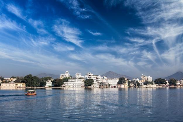 Jezioro pichola, udaipur z turystyczną łodzią, rajasthan, indie