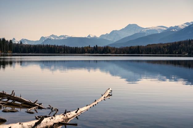 Jezioro piramidowe z pasmem górskim i czystym niebem w parku narodowym jasper, kanada