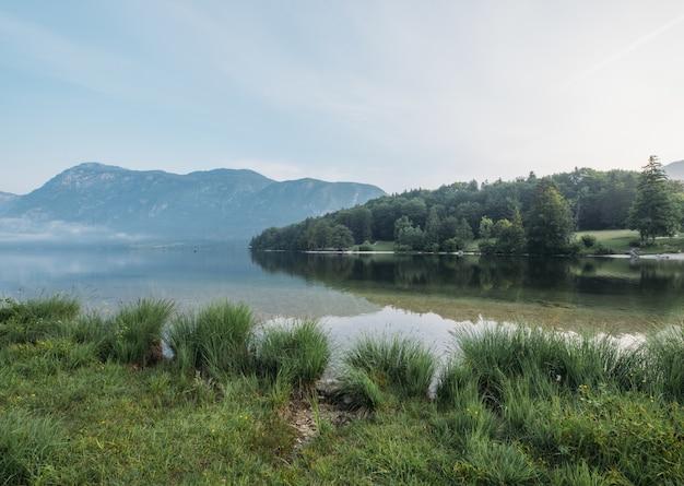 Jezioro po drugiej stronie góry w ciągu dnia
