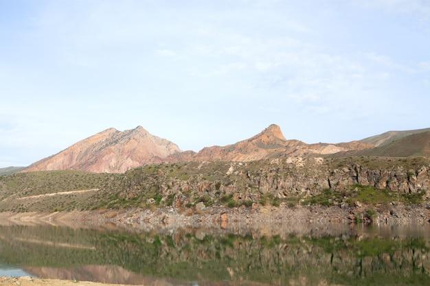 Jezioro pod górą w ciągu dnia