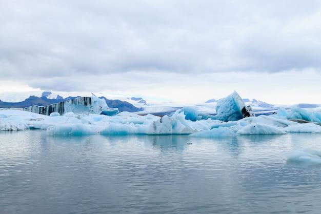 Jezioro polodowcowe jokulsarlon, islandia. góry lodowe unoszące się na wodzie. krajobraz islandii