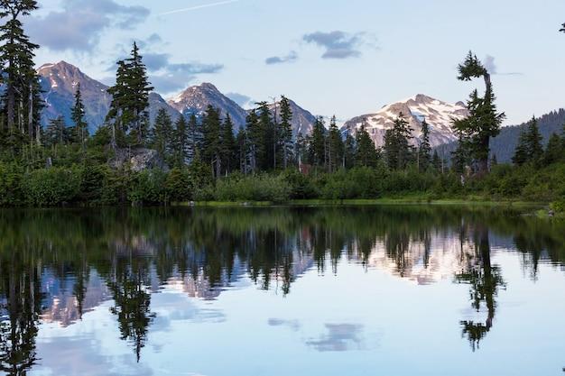Jezioro serenity w górach w sezonie letnim. piękne naturalne krajobrazy.