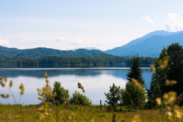 Jezioro tagasuk. piękne jezioro syberyjskie. rosja