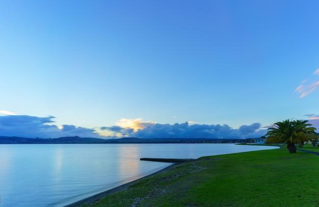 Jezioro taupo o zachodzie słońca, region waikato, wyspa północna nowej zelandii