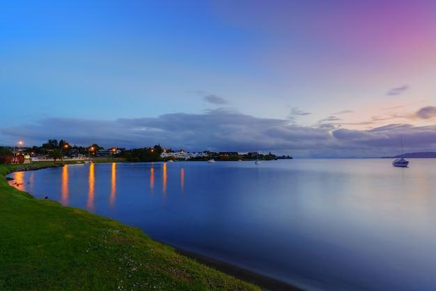 Jezioro taupo o zmierzchu, wyspa północna nowej zelandii
