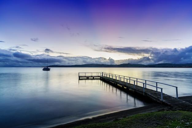 Jezioro taupo w pięknym zmierzchu wieczorem, wyspa północna nowej zelandii