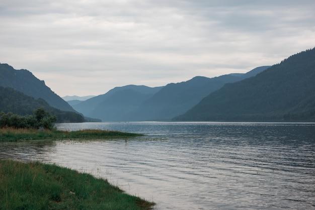 Jezioro teletskoye w górach ałtaju