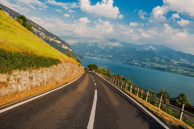 Jezioro thun i obszar interlaken w szwajcarii