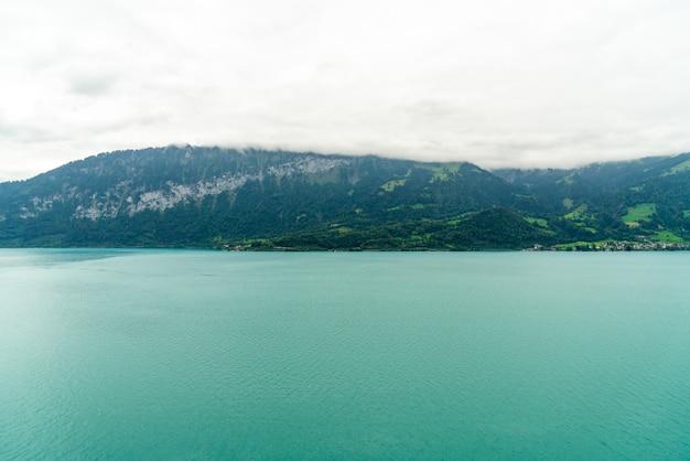 Jezioro thun z zachmurzeniem