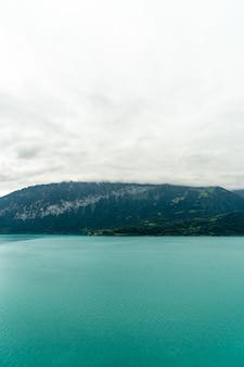 Jezioro Thun z zachmurzonym