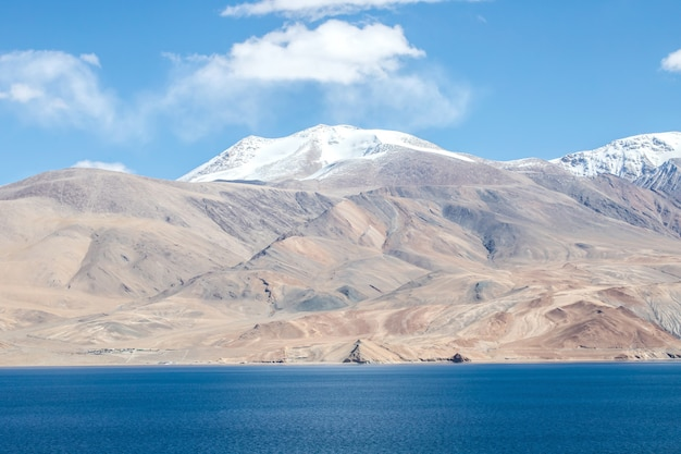 Jezioro tsomoriri i himalaje w październiku leh ladakh, północna część indii