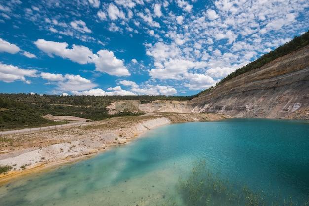 Jezioro turqoise w kopalni odkrywkowej