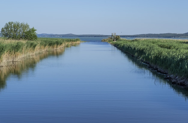 Jezioro vrana w parku vransko jezero w croatis