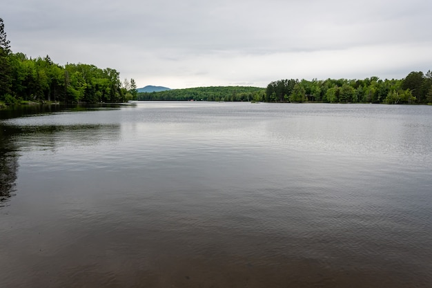 Jezioro w górach adirondack w stanie nowy jork
