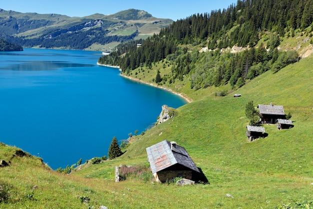 Jezioro w górach alp, francja