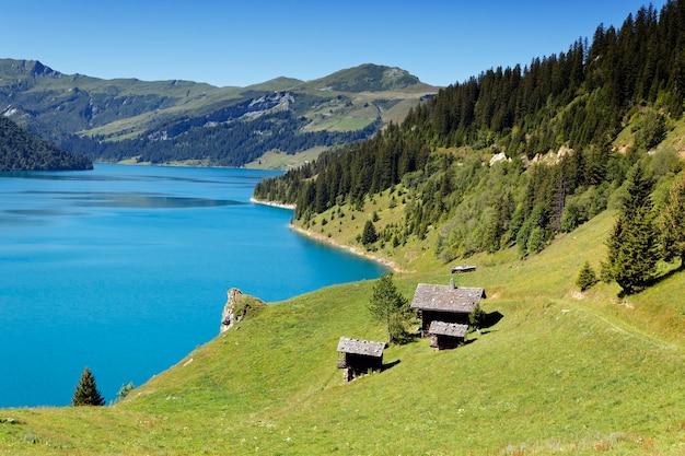 Jezioro w górach francuskich alp