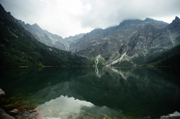 Jezioro w górach. jezioro morskie oko jest najpopularniejszym miejscem w tatrach wysokich w polsce.