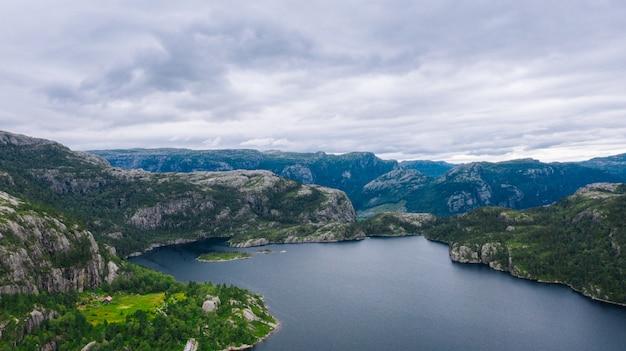 Jezioro w górach norwegii