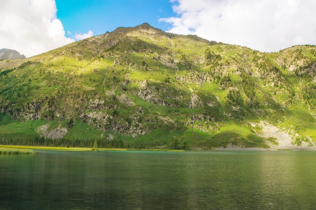 Jezioro w górach. piękny górski krajobraz z jedną małą górą i jeziorem