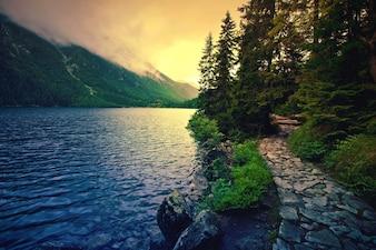 Jezioro w górach.