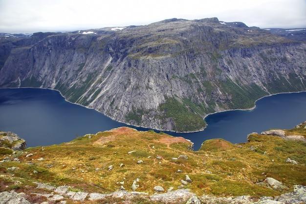 Jezioro w języku trolla. norwegia