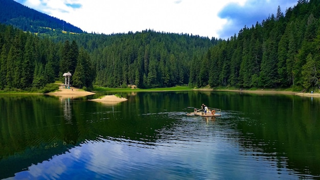 Jezioro w karpatach z czystą wodą i tratwą w jeziorze