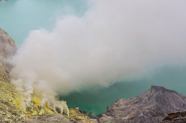 Jezioro w kraterze wulkanu ijen, jawa, indonezja