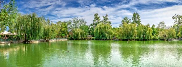 Jezioro w parkowym ravadinovo kasztelu, bułgaria