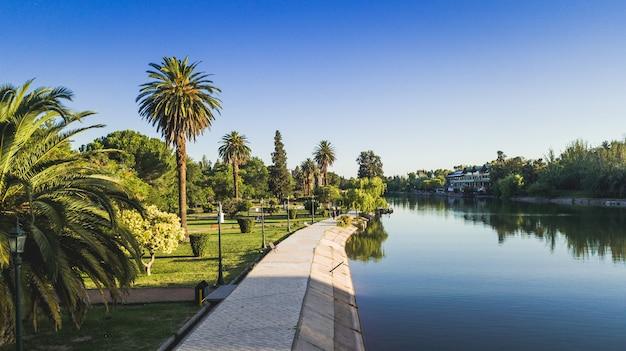 Jezioro w parku po południu