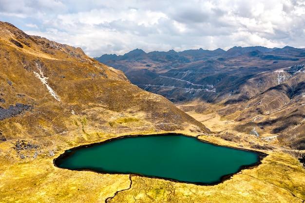 Jezioro w paśmie górskim huaytapallana w huancayo peru