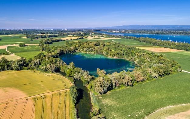 Jezioro w pobliżu renu na południu strasburga - grand est, francja
