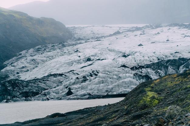 Jezioro w pobliżu topniejącego lodowca w pochmurny dzień, islandia.