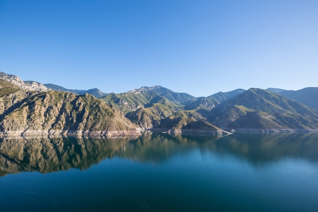 Jezioro w turcji. piękne górskie krajobrazy.