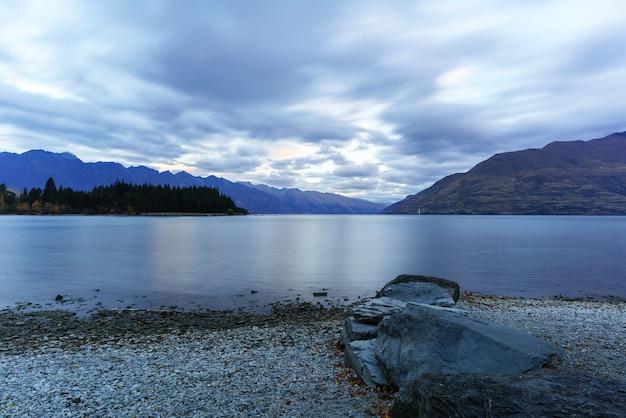 Jezioro wakatipu o zmierzchu w queenstown na wyspie południowej nowej zelandii