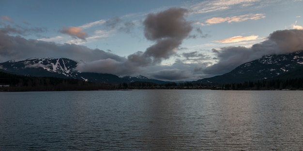 Jezioro z górą w tle, green lake lookout hwy 99, whistler, kolumbia brytyjska, kanada