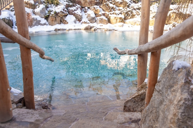 Jezioro z lodowatą wodą zimą do ochłodzenia po saunie.