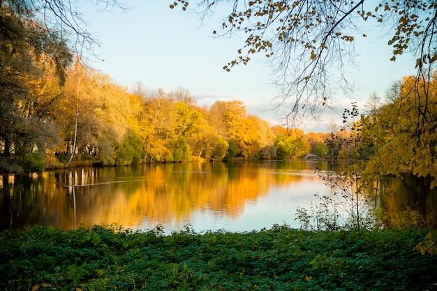 Jezioro z pięknymi drzewami w kolorze czerwonym i żółtym.