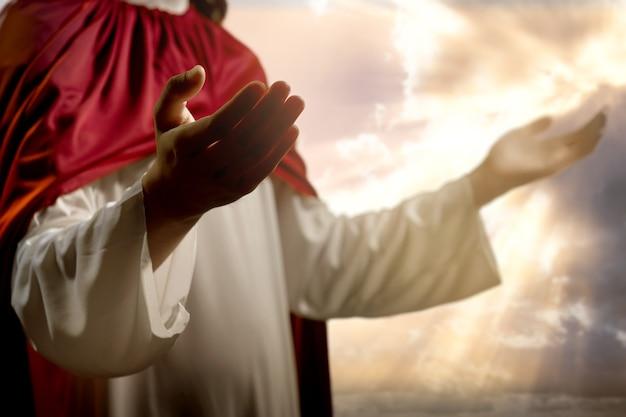 Jezus chrystus modli się do boga z dramatycznym niebem