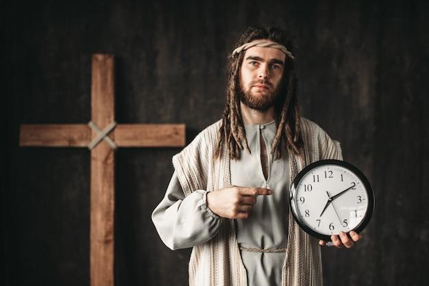 Jezus chrystus pokazuje na zegarze, nawet bóg nie może cofnąć czasu, ukrzyżowanie krzyża na czarno
