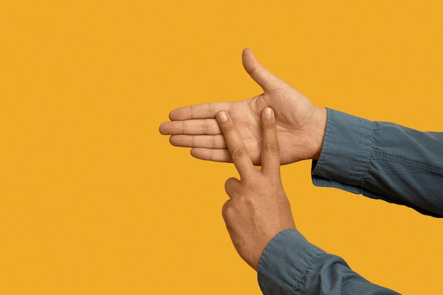 Język migowy z miejscem na kopię