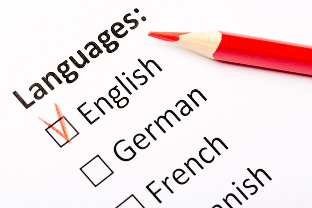 Języki z polami wyboru: angielski, niemiecki, francuski, hiszpański z czerwonym ołówkiem.